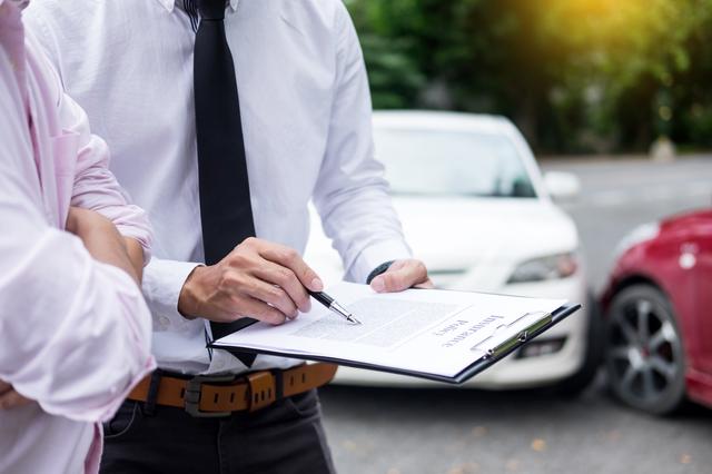 ディーラーと自動車関連の書類